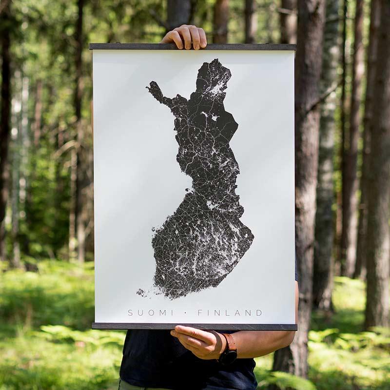 Suomi-juliste puukiinnikkeissä